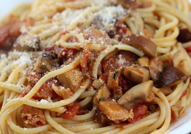 spaghetti with mushroom and tomato sauce